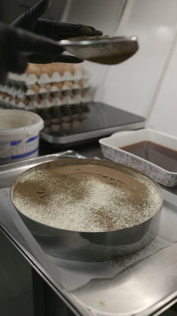 ドイリーパターンの上にティラミスデザートにココアパウダーをふるいにかけます - decoration点の映像素材/bロール