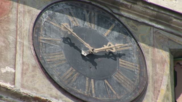 sighisoaraa big wall clock sighisoara transylvania romania - トランシルバニア点の映像素材/bロール