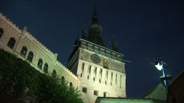 sighisoaraclock tower at night in sighisoara transylvania romania - トランシルバニア点の映像素材/bロール
