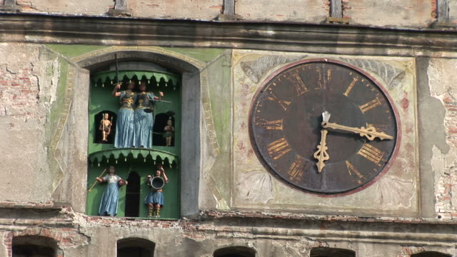 stockvideo's en b-roll-footage met sighisoaraclose view of clock tower sighisoara transylvania romania - târgu mureș