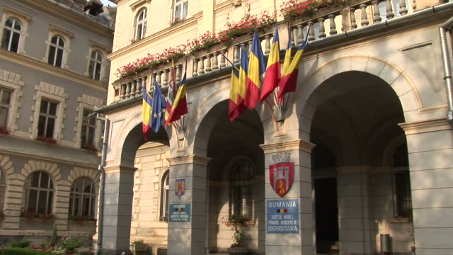 stockvideo's en b-roll-footage met sighisoaragovernment building romania flag flapping sighisoara transylvania romania - târgu mureș