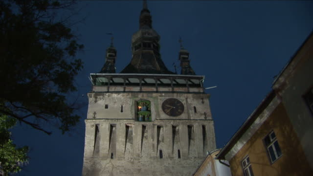 stockvideo's en b-roll-footage met sighisoaraold clock tower in sighisoara transylvania romania - târgu mureș
