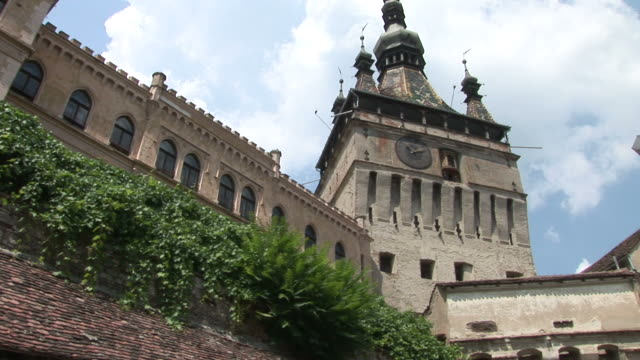 stockvideo's en b-roll-footage met sighisoaraold clock tower sighisoara transylvania romania - târgu mureș