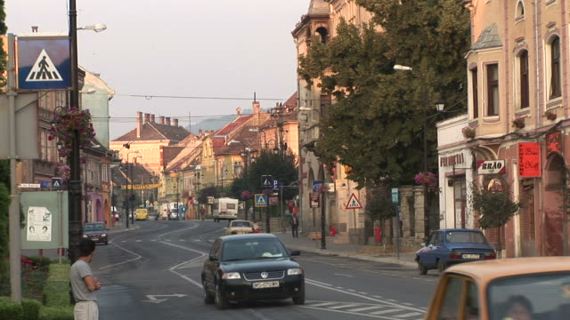 vidéos et rushes de sighisoaraview of a blvd in sighisoara transylvania romania - transylvanie