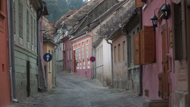 sighisoaraview of a narrow road in sighisoara transylvania romania - sighişoara video stock e b–roll