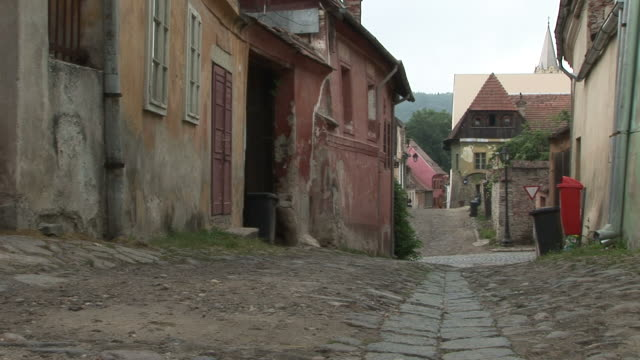 stockvideo's en b-roll-footage met sighisoaraview of a street in sighisoara romania - târgu mureș