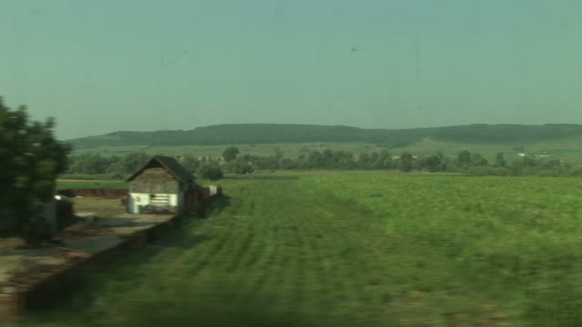vídeos y material grabado en eventos de stock de sighisoaraview of agriculture landscape from a moving train in sighisoara transylvania romania - transilvania