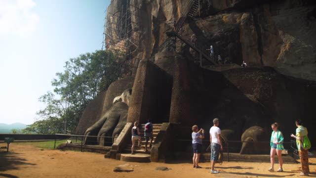 vídeos de stock, filmes e b-roll de sigiriya lion rock - sri lanka