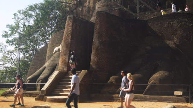 stockvideo's en b-roll-footage met sigiriya lion rock - sri lankaanse cultuur