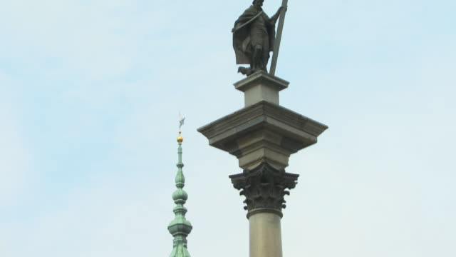 ms, td, sigismund's column and tower of royal castle, castle square (plac zamkowy), warsaw, poland - 17th century style stock videos & royalty-free footage