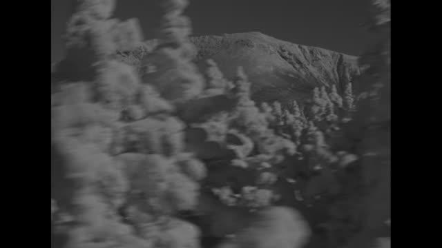 vídeos y material grabado en eventos de stock de aerial tramway franconia notch nh ride the only aerial tramway in north america / people carrying skis enter gondola of ski lift / the gondola lift... - vía de tranvía