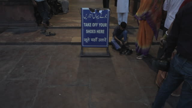 ws ld sign asking to take off shoes in front of mosque / jama masjid mosque, india - lettera maiuscola video stock e b–roll