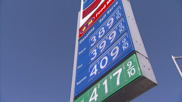 vídeos de stock e filmes b-roll de sign at chevron station shows gas prices - gas station