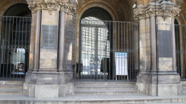 sign at the entrance of the famous kaiser wilhelm memorial church informs believers that the church is closed following a city ordinance temporarily... - カイザー・ヴィルヘルム記念教会点の映像素材/bロール