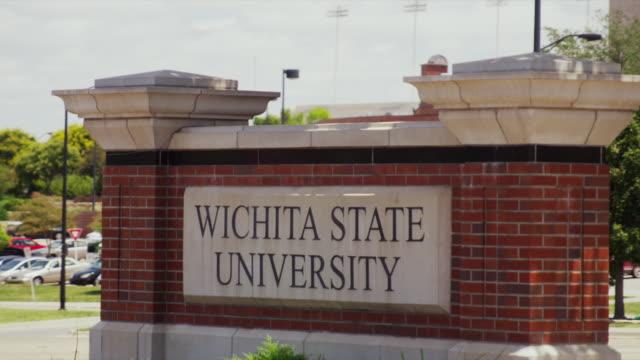 vídeos de stock e filmes b-roll de sign at wichita state university - wichita