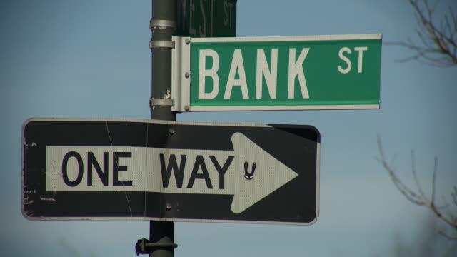 vídeos de stock e filmes b-roll de sign bank st and one way - escrita ocidental