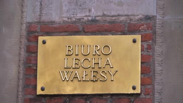 vídeos y material grabado en eventos de stock de sign biuro lecha walesy - escritura occidental