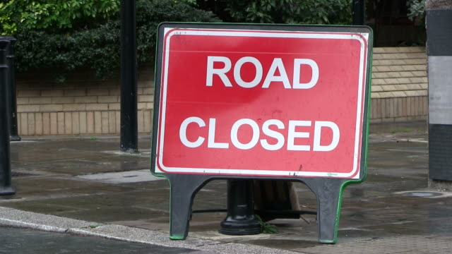 ms sign board of  road closed / london, great britain   - road closed englisches verkehrsschild stock-videos und b-roll-filmmaterial