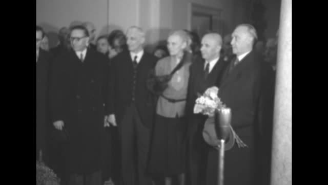 """sign """"bundeshaus berlin"""" / west german chancellor konrad adenauer, carrying flowers, arrives and poses with a pan to children singing / exterior... - 西ドイツ点の映像素材/bロール"""