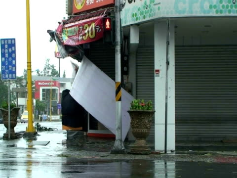 vídeos y material grabado en eventos de stock de sign comes loose and flies towards camera, almost hitting cameraman; typhoon morakot, taiwan 7th august 2009 (with audio) - power in nature