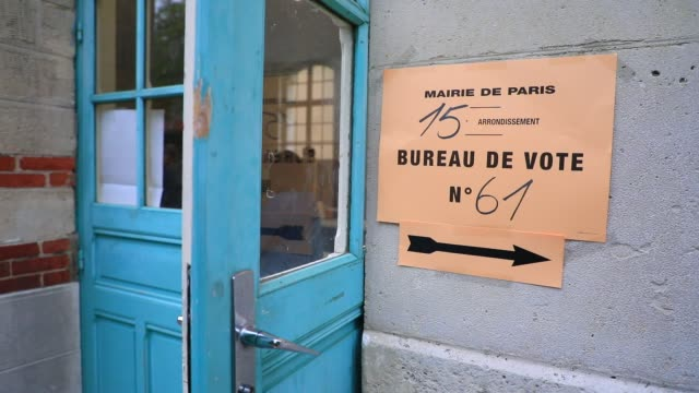 vidéos et rushes de a sign directs to a polling station in the 15th arrondissement of paris during the second round of mayoral elections on june 28 2020 in paris france... - isore vincent