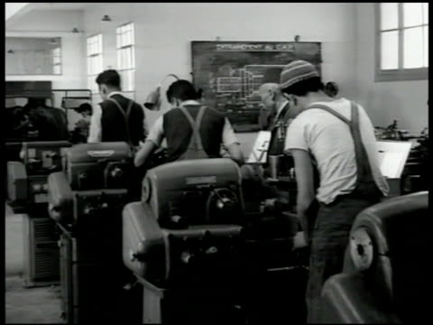 vídeos de stock, filmes e b-roll de sign ecole musulmane d' apprentissage - camille mathieu . int classroom w/ young men working, learning machines, at blackboard w/ instructor. group... - 1951