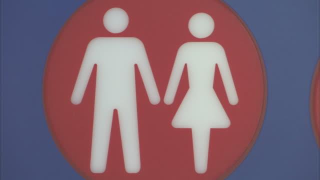vídeos de stock e filmes b-roll de a sign for a unisex bathroom. - casa de banho