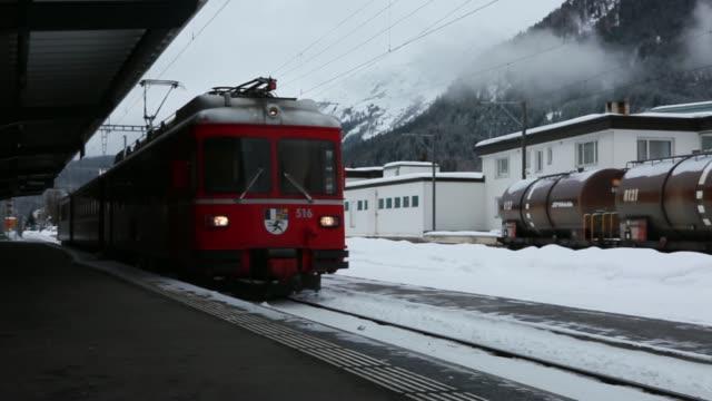 a sign for davos dorf train station in davos switzerland host site of the world economic forum annual meeting on tuesday jan 21 a rail passenger... - årsstämma bildbanksvideor och videomaterial från bakom kulisserna