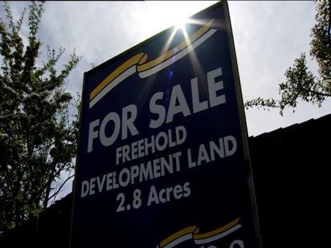 sign indicating 28 acres of development land for sale london - for sale englischer satz stock-videos und b-roll-filmmaterial