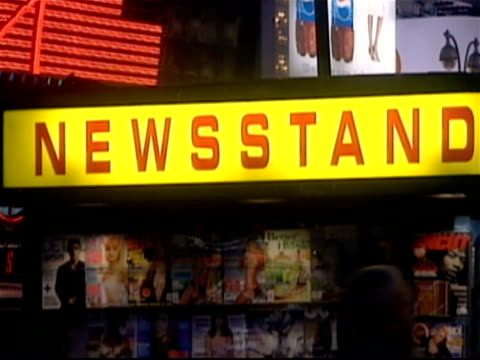 vidéos et rushes de sign lit up on newsstand in times square at night / new york city - kiosque à journaux