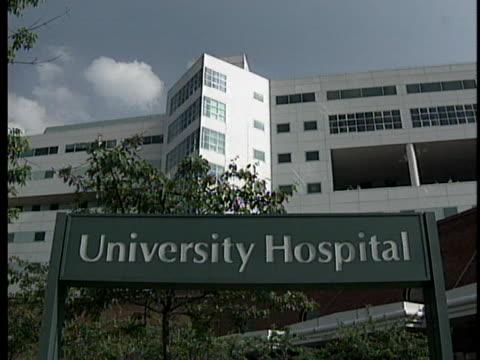 sign marks the entrance to the university hospital at the university of virginia. - バージニア大学点の映像素材/bロール