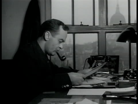 sign 'new york times' london bureau chief raymond daniell at desk w/ pipe amp papers sign 'international news service' hr knickerbocker typing w/... - ニューヨークタイムズ点の映像素材/bロール