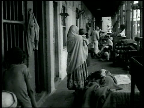 vidéos et rushes de sign 'no admission except high class hindus' int outcasts/untouchable tenement women amp children washing at water trough outdoors vs untouchables... - 1942