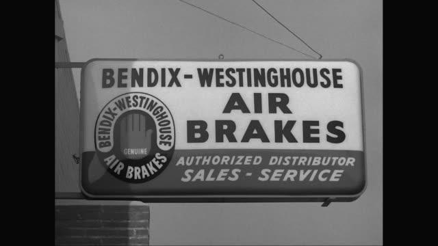 vidéos et rushes de cu sign of bendix - westinghouse air brakes / united states - indication de direction