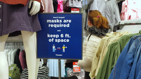 vídeos de stock, filmes e b-roll de sign of 'mask required' inside of a retail store seen on november 2, 2020; in toronto, ontario, canada. using protective face masks in closed... - ponto turístico local