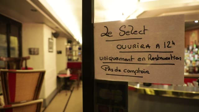 vidéos et rushes de sign on a door indicates that a bar will only open for lunch to serve food on october 5, 2020 in paris, france. to fight against the covid-19, the... - demi finale