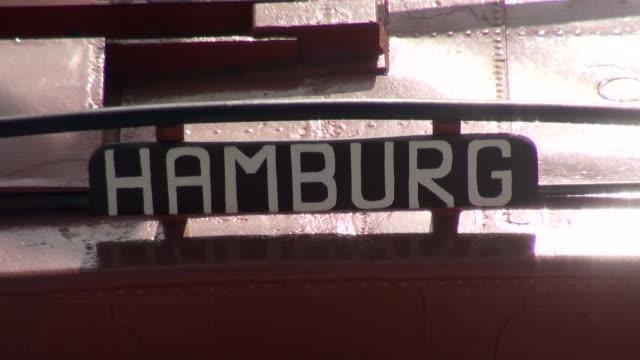 vídeos de stock, filmes e b-roll de cu sign on tugboat / hamburg, hamburg, germany - escrita ocidental