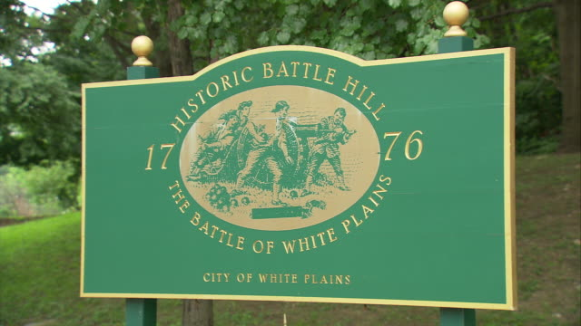 ms sign reading 'historic battlefield, the battle of white plains, city of white plains' / white plains, new york, usa - scrittura occidentale video stock e b–roll
