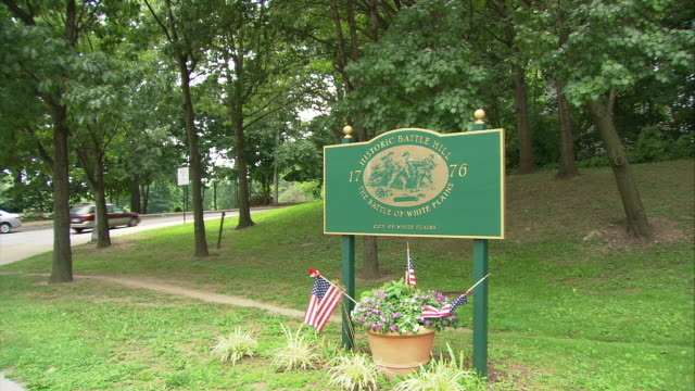 WS Sign reading 'Historic battlefield, the battle of White Plains, City of White Plains', traffic in background / White Plains, New York, USA