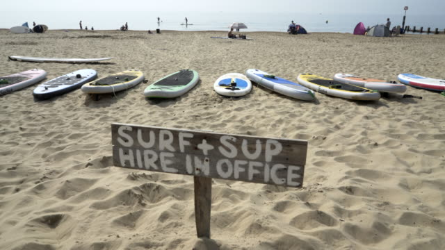 vídeos de stock e filmes b-roll de a sign saying surf and sup. - texto