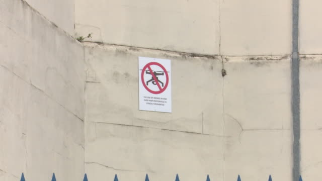 sign saying the use of drones over hmp pentonville prison is prohibited - gefängnis stock-videos und b-roll-filmmaterial