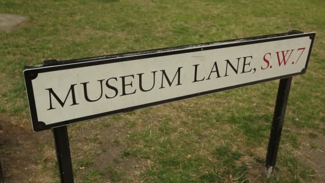 vídeos y material grabado en eventos de stock de a sign sits outside the natural history museum in london uk on monday august 8 a roadsign for museum lane sw7 sits outside the natural history museum... - museo de historia natural museo