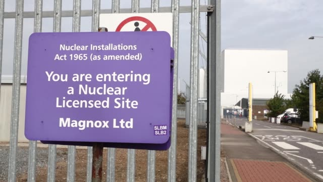 vídeos y material grabado en eventos de stock de sign stands at the boundary of the decommissioned bradwell nuclear power station on the dengie peninsula in bradwell, uk, on monday, sept 19, 2016 - nuclear energy