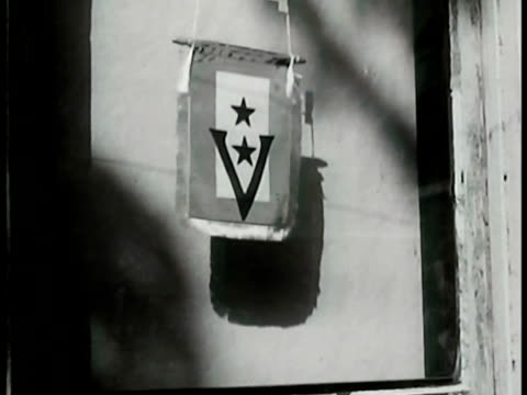 vidéos et rushes de 'this is a v home' ms 'sons in service' star flag in window w/ two stars ms united states navy flag in window sign 'there is a man from this family... - 1942