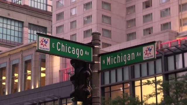 stockvideo's en b-roll-footage met sign with street names in chicago - straatnaambord