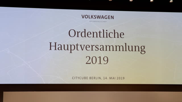 """sign with the inscription: """"annual general meeting 2019"""". german automaker volkswagen ag annual shareholders' meeting on may 14, 2019 in berlin,... - annual general meeting stock videos & royalty-free footage"""