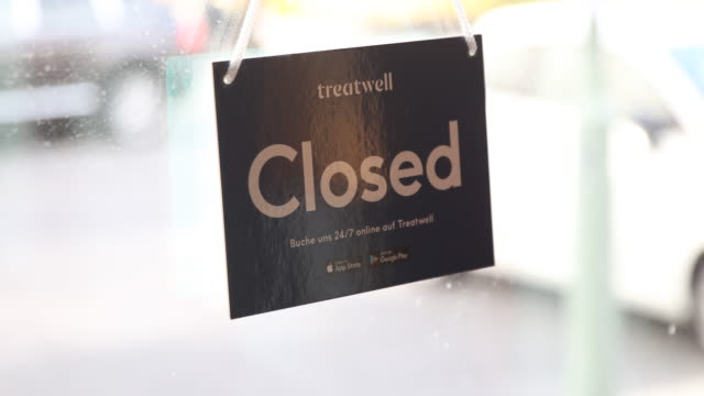 """stockvideo's en b-roll-footage met sign with the inscription """"closed"""" at the exit of a barbershop in berlin mitte on march 16, 2020 in berlin, germany. everyday life in germany has... - berlin mitte"""