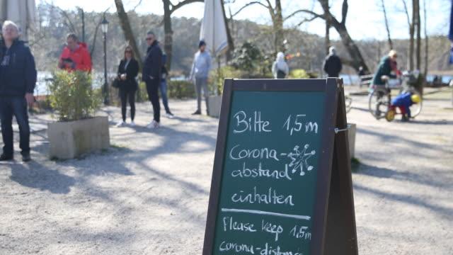 sign with the inscription please keep a corona distance of 15m at a snack bar outside at schlachtensee in berlinzehlendorf following a city ordinance... - zwischenmahlzeit stock-videos und b-roll-filmmaterial