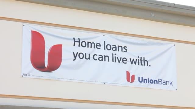 vídeos y material grabado en eventos de stock de signage advertises home mortgage loans at a union bank branch extrerior shots of a union bank branch union bank branch signage on september 10 2013... - accesorio financiero