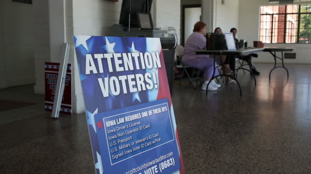 vídeos de stock, filmes e b-roll de signage and voters during the iowa primary election in davenport iowa us on tuesday june 5 2018 - título de eleitor